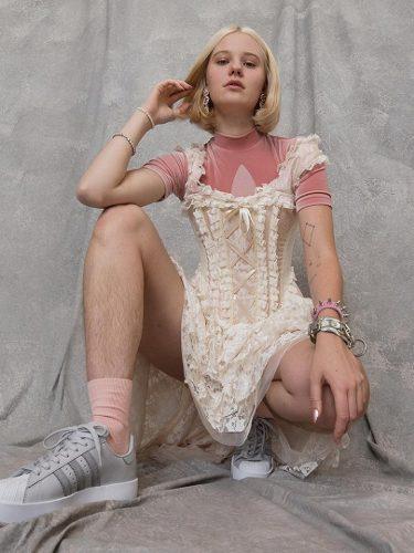 Modelo sin depilar en la nueva campaña de Adidas Superstar