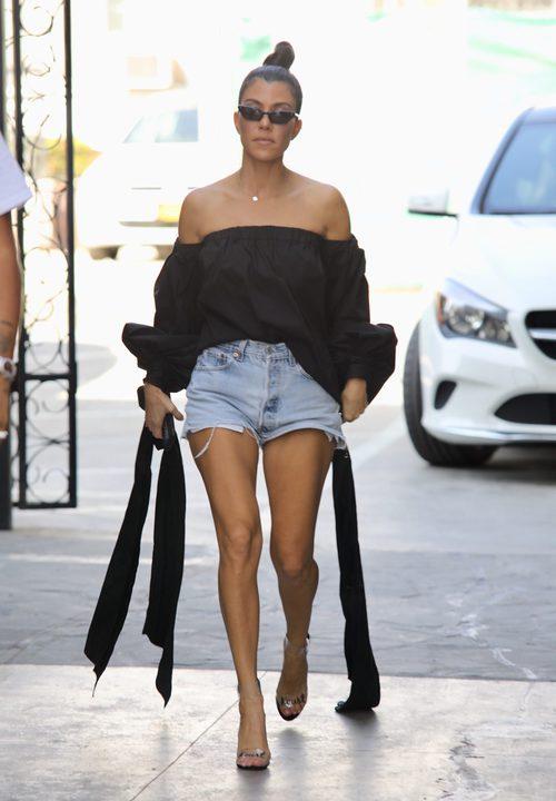 Kourtney Kardashian presume de palabra de honor paseando por las calles de Beverly Hills