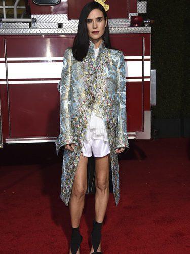 Jennifer Connelly con chaqueta asimétrica de estampados florales en la premier de la película 'Only the Brave'