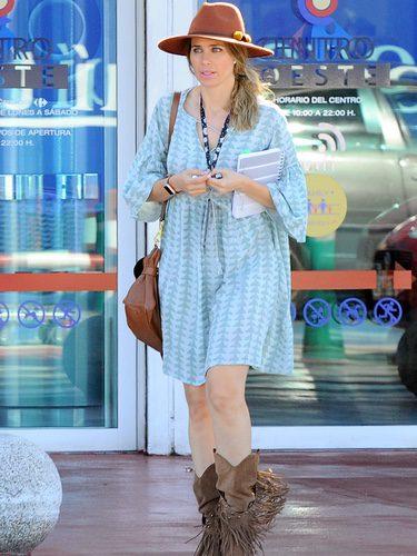 Vanesa Romero con vestido estampado y botas de cow girl paseando por Madrid