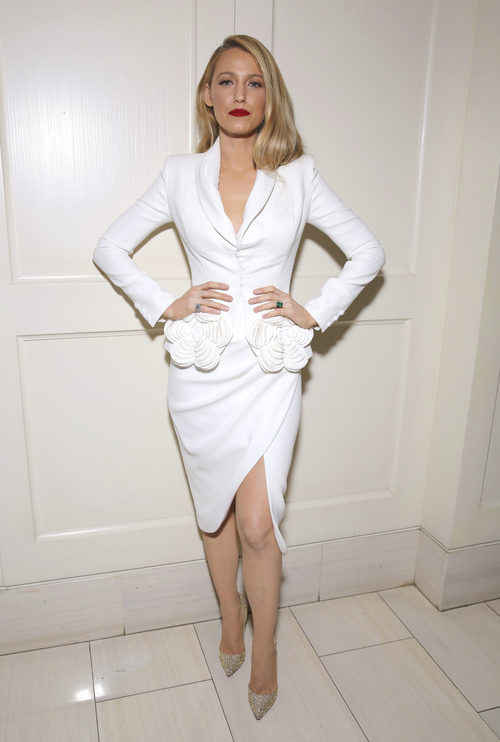 Blake Lively con total white en la premier de la película de 'All i see is you' en Londres