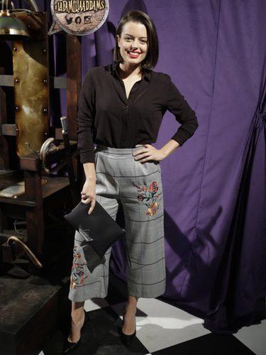 Adriana Torrebejano con un pantalón palazzo en la presentación del musical de la 'Familia Adams'