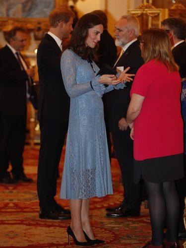 Kate Middleton con un vestido azul empolvado en el día Mundial de la Salud Mental