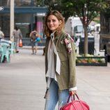 Olivia Palermo con un look de entretiempo en las calles de Nueva York