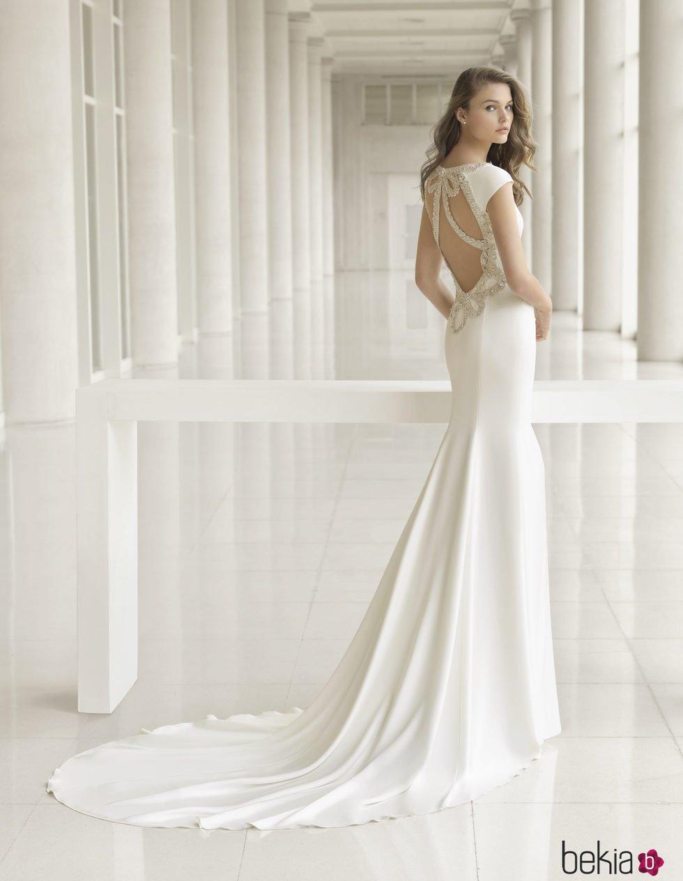 0114301aa703e Anterior Vestido de novia con pedrería en la espalda de Rosa Clará  colección 2018