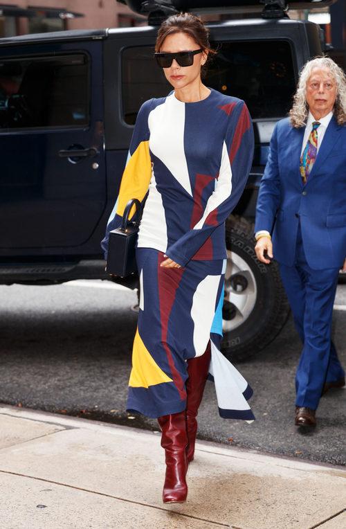 Victoria Beckham con un conjunto dos piezas de su propia firma 'Victoria Beckham'
