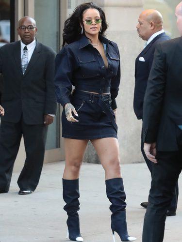 La cantante Rihanna con un total look del diseñador Tom Ford paseando por las calles de Nueva York
