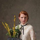 Blusa blanca con lazada negra de la colección Erdem x H&M
