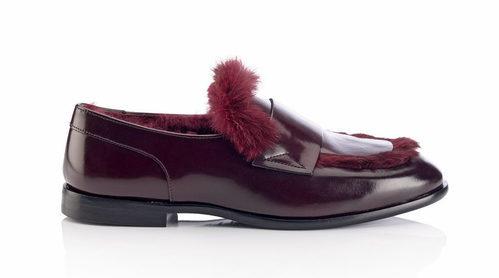 Zapato Tedi en color granate con pelo de la colección 'Borrowed from the boys' de Jimmy Choo 2018
