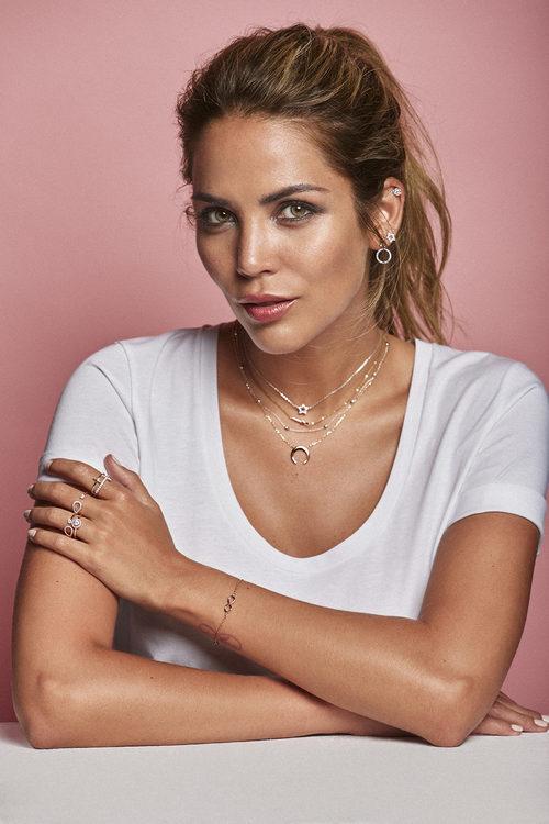Rosanna Zanetti posando con joyas de la línea 'Trinity' de Vidal & Vidal