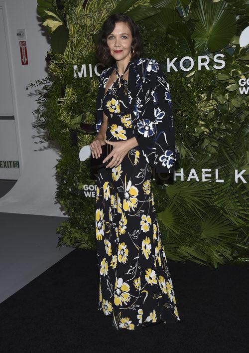 Maggie Gyllenhaal con un vestido estampado de Michael Kors en los premios golden heart 2017