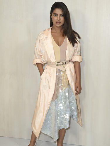 Priyanka Chopra con un vestido en tonos pastel y gabardina en Hummer Museum Gala