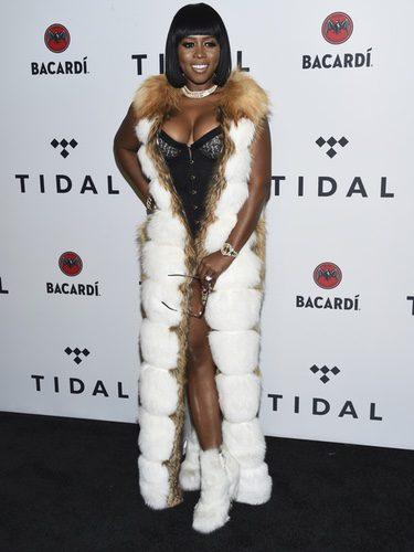 Remy Ma con un corsé y chaqueta de pelo en el photocall del evento Tidal para recaudar fondos