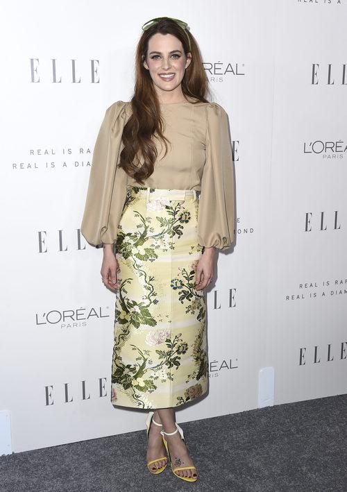 Riley Keough con una falda de estilo barroco en los premios Elle Women de Hollywood