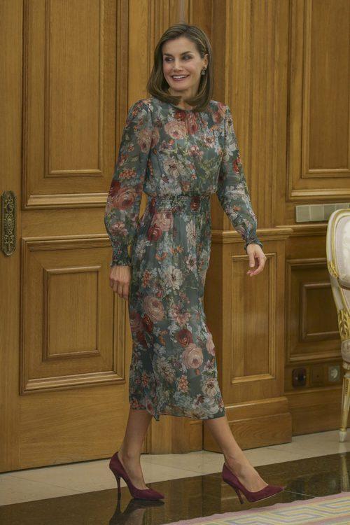 La Reina Letizia con un vestido de estampados con flores en las audiencias del Palacio de la Zarzuela