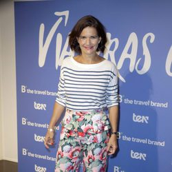 Samantha Vallejo-Nágera con pantalón de flores y camiseta marinera en la presentación de 'Viajeras con B'