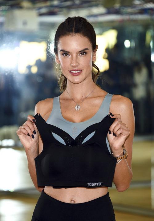 Alessandra Ambrosio con sujetadores deportivos de 'Entrena como un ángel' de Victoria's Secret