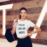 Alessandra Ambrosio con camiseta de la colección deportiva Victoria's Secret