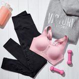 Sujetador deportivo rosa, sudadera y mallas negras de la colección de deporte de Victoria's Secret