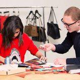 Selena Gómez y Stuart Vevers diseñando los bolsos de la colección otoño/invierno 2017/2018 de Coach