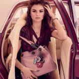 Selena Gómez posando para la campaña de Coach con uno de sus bolsos