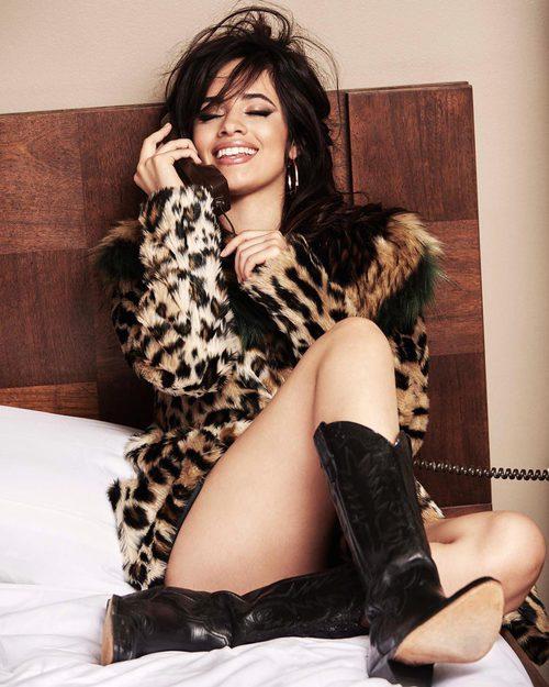 Camila Cabello posando para la colección 'Jeans vacaciones 2017' de Guess