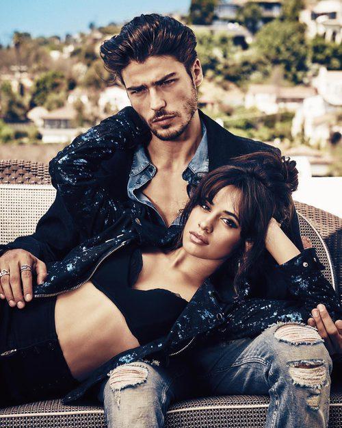 Camila Cabello y Alex Dellisola posando para la colección 'Jeans vacaciones 2017' de Guess