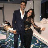 Camila Cabello y Alex Dellisola posando sonrientes en un evento en Barcelona