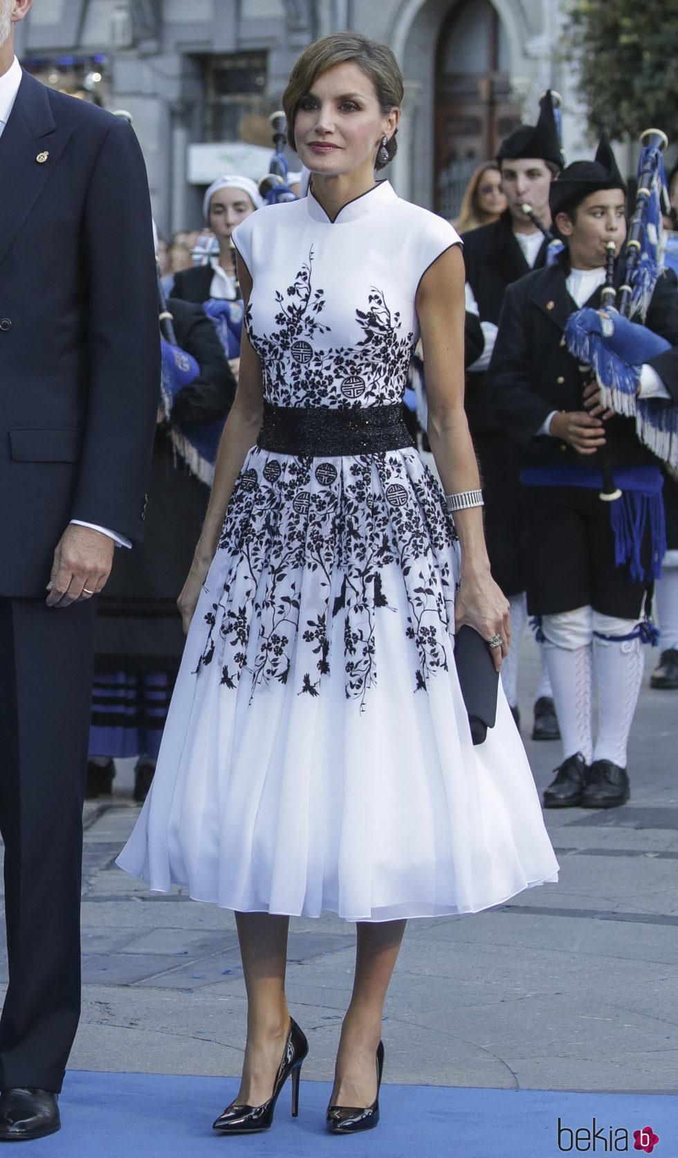 La Reina Letizia con un Felipe Varela en los Premios Princesa de Asturias 2017