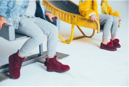 Botas y zapatillas en color burdeos de la colección de los hijos de Jaime King para Akid