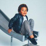 Zapatillas en color oscuro de la colección de niños creado por los hijos de Jaime King para Akid