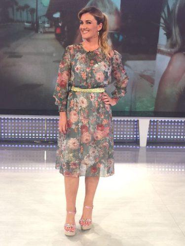 Carlota Corredera con un vestido de flores de Zara presentando 'Sálvame'