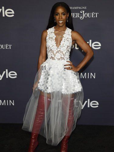 Kelly Rowland con un vestido blanco y botas altas en los premios Instyle 2017 de Los Ángeles