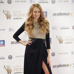 María Castro con un vestido largo con una abertura en la falda en la decimonovena edición de los premios Iris 2017 en Madrid
