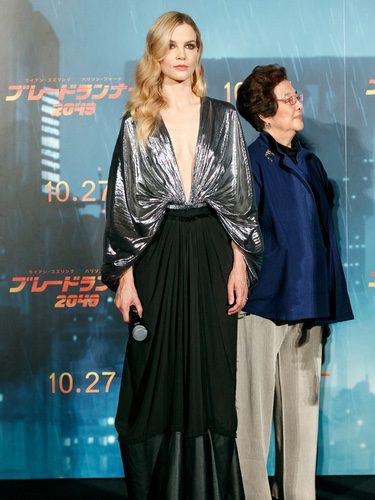 Sylvia Hoeks con un vestido de Loewe en la presentación de 'Blade Runner 2049' en Tokio.