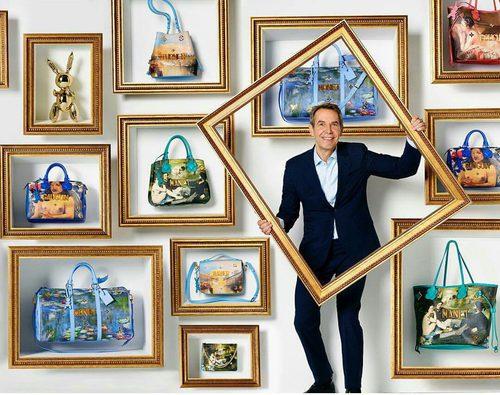 Jeff Koons posando con los diseños de la colección ' #LVxKoons'