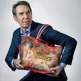 Jeff Koons posando con bolso BOUCHER de la colección  '#LVxKoons'