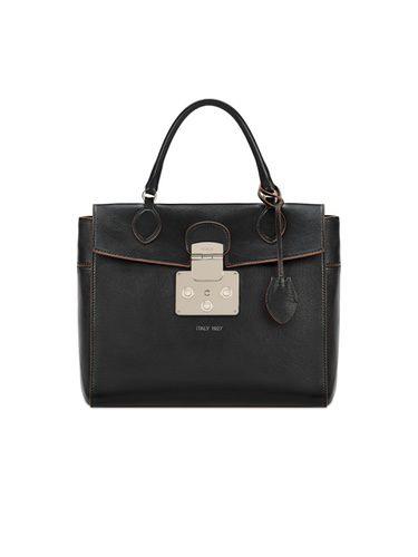 Bolso 'Mantra' en color negro de la nueva colección cápsula de Furla