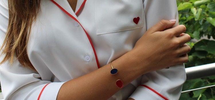 Camisa blanca con detalles rojos y pulsera de la colección 'Dear Drew' para Amazon