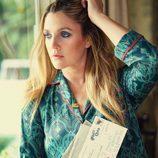 Drew Barrymore con kimono y collar de la colección 'Dear Drew' para Amazon