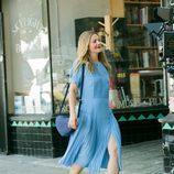 Drew Barrymore con vestido y bolso de la colección 'Dear Drew' para Amazon