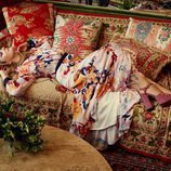 Drew Barrymore posando con vestido largo y tacones de la colección 'Dear Drew' para Amazon