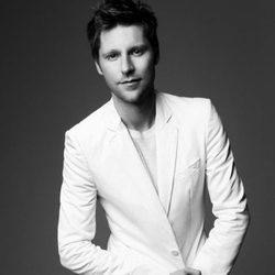 Christopher Bailey posando con chaqueta blanca