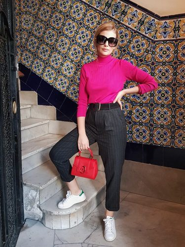 Miriam Giovanelli con jersey fucsia y bolso rojo