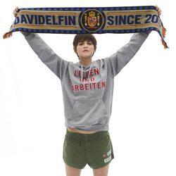 Alba Galocha con prendas y bufanda de la colección cápsula de Davidelfín