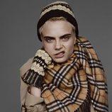 Cara Delevingne con prendas de Burberry de la colección noviembre/diciembre 2017