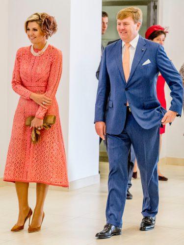 Máxima de Holanda luciendo un vestido de Elie Saab con Guillermo de Holanda en su visita a Portugal