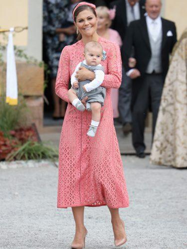 Victoria de Suecia con un vestido floral y su hijo Oscar en el bautizo del Príncipe Alejandro de Suecia