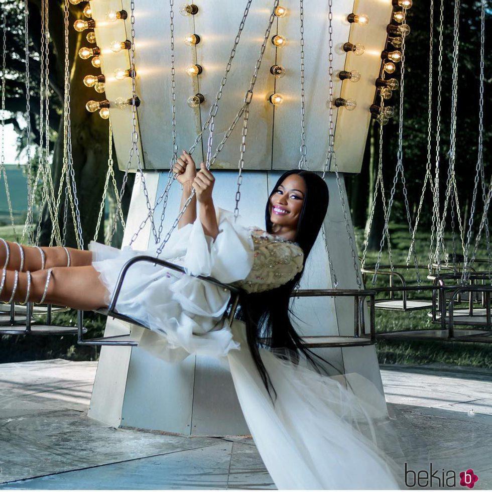 Nicki Minaj posando en la campaña de Navidad de H&M