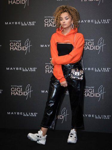 Ella Eyre en la presentación de la colección de maquillaje de Gigi Hadid para Maybelline NY en Londres
